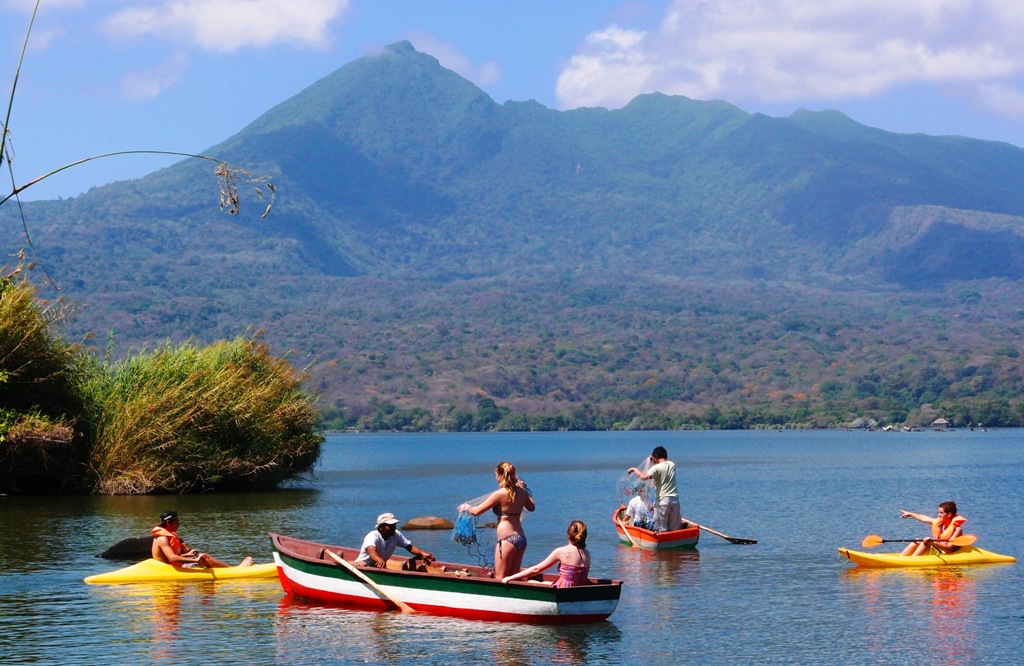 Kayaking & Traditional fishing right in front of stunning Mombacho Volcano